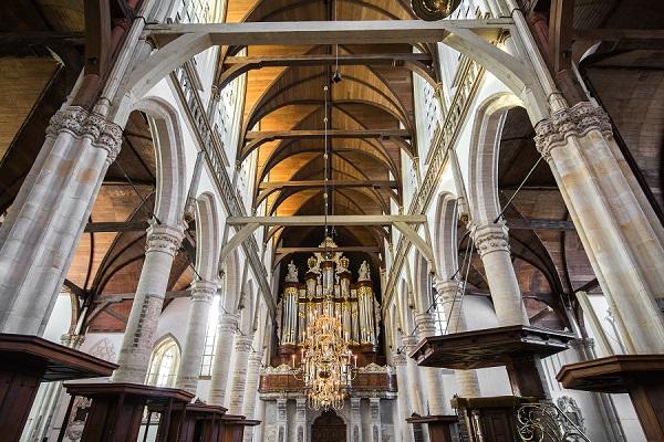 Nicolas Jaar en Philip Glass bespelen het orgel in de Oude Kerk - Luister Magazine