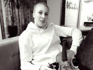 De jonge violiste Sanne Zwikker is blogger voor Luister, magazine over klassieke muziek