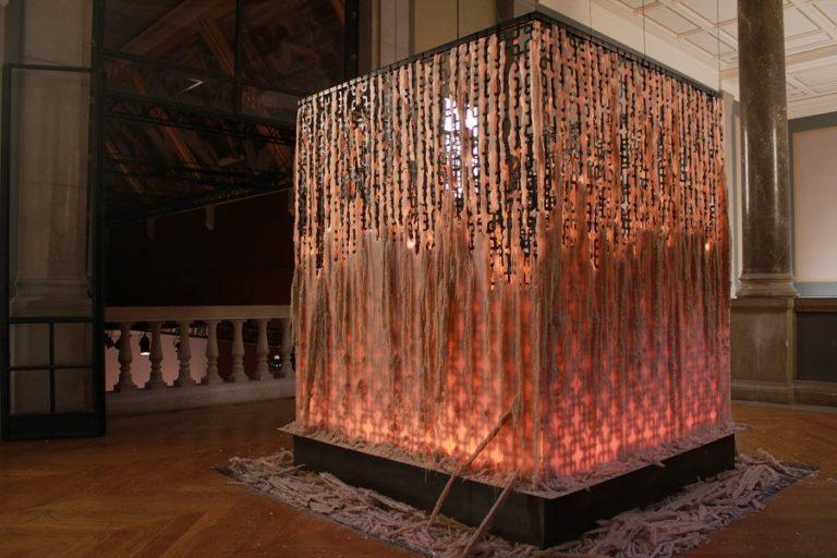 La Veillée au candelou (2019) van Juliëtte Minchin is te bewonderen op de Biënnale Kunst in de Heilige Driehoek